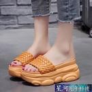增高拖鞋 拖鞋女外穿軟底防滑厚底楔形一字拖夏季新款厚底鬆糕內增高鬆糕涼拖鞋 星河光年