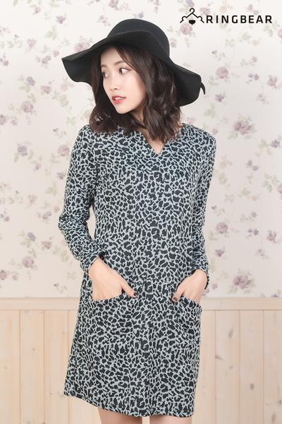 休閒洋裝--性感不敗經典豹紋平V領口前口袋長袖棉質連身裙(黑XL-3L)-A292眼圈熊中大尺碼