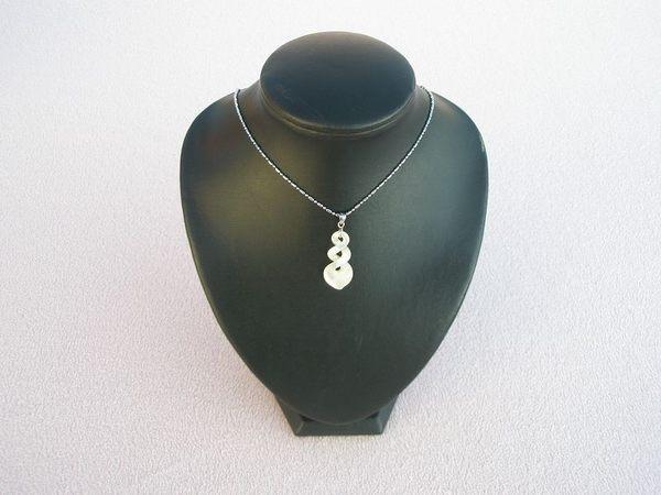 【歡喜心珠寶】【天然珍珠貝雕福袋造型墜子】加銀K金墜頭「附保証書」鏤空精雕福袋