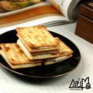 手作牛軋糖與香蔥蘇打餅完美結合。每日限量推出,預購從速。