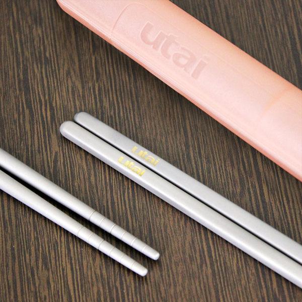 魔力坊嚴選 超值2雙組Utai系列純鈦筷子+筷盒(3色隨機出貨)【MF0425】(SF0130)