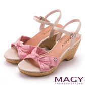 MAGY 異國風情 條紋布面扭結拼接牛皮編織楔型涼鞋-紅色
