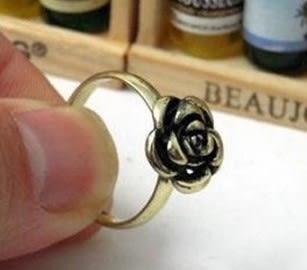 [協貿國際] 韓國鏤空水晶復古精緻小花朵戒指環 (10個價)