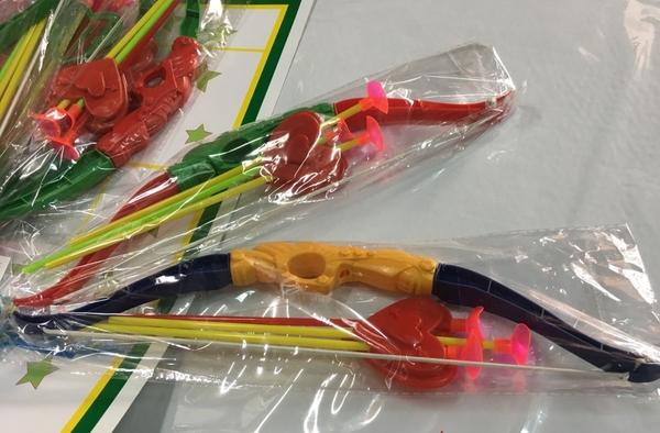 sns 古早味 懷舊童玩 玩具 彩色 塑膠弓箭 塑膠弓箭組 長32公分每隻$20元