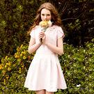 浪漫氣質的純色洋裝 花瓣袖剪裁 如精靈般的夢幻 領邊立體蝴蝶結點綴 更添迷人氣息
