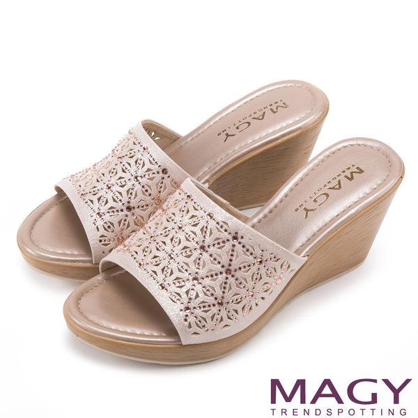 MAGY 優雅氣息無限蔓延 精緻貼鑽楔型涼拖鞋-粉紅