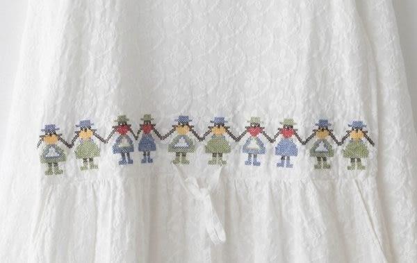 ☆ 莎lala【L601004】日森系長袖連身裙- (現)布蕾雕花圓領腰間小女孩刺繡(SIZE: M~L)