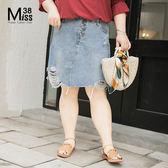 Miss38-(現貨)【A04236】大尺碼短裙 牛仔裙 歐美風 破洞下擺 不對襯排扣 半身裙 及膝裙-中大尺碼女裝