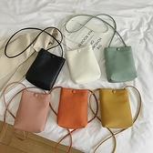 斜跨手機包 放手機袋軟皮包女小包包時尚裝手機包的簡約迷你水桶包散步斜挎包 小衣裡