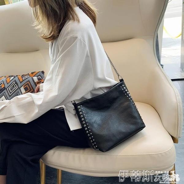 水桶包側背包女大包包2020新款潮韓版百搭斜背包鉚釘鍊條包大容量水桶包 伊蒂斯