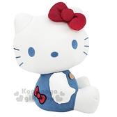 〔小禮堂〕Hello Kitty 牛仔布玩偶娃娃《M.藍白.吊帶褲》擺飾.玩具 4901610-44535