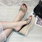 厚底楔形拖鞋女可濕水夏外穿新款鉚釘百搭高跟厚底時尚網紅涼拖潮