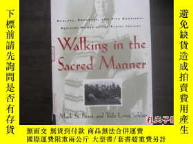 二手書博民逛書店Walking罕見in the Sacred Manner【以神