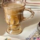 熱賣玻璃杯 復古浮雕玻璃杯 高顏值少女心水杯高腳拿鐵咖啡杯帶把下午茶杯 coco