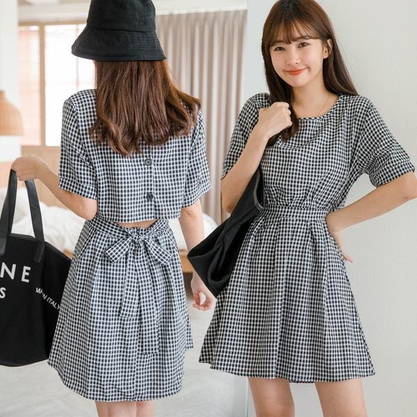 現貨-MIUSTAR 後排釦露腰綁帶壓褶小黑格洋裝(共1色)【NJ1696】
