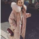 【仿真毛】粉色毛領連帽大口袋羽絨棉長版大衣/外套 S-XL碼【P176138-1】