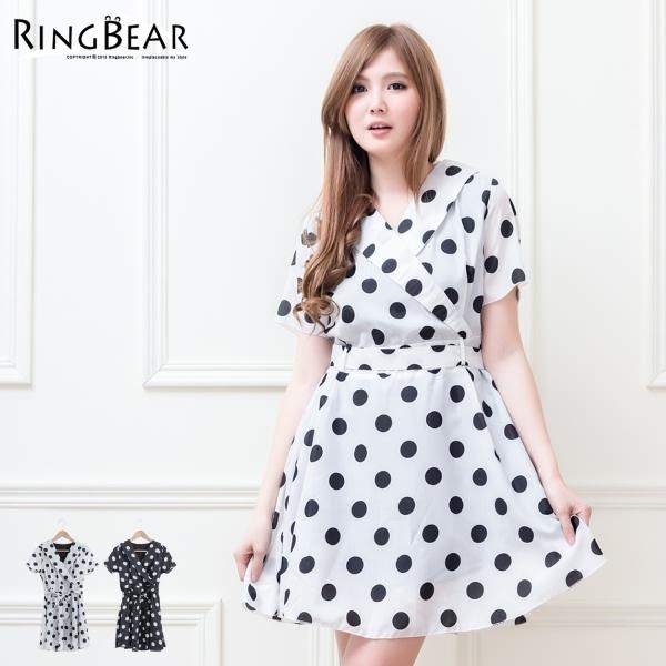 洋裝--好感印象大圓點反摺V領綁帶短袖連身洋裝附腰帶(白.黑M-2L)-D323眼圈熊中大尺碼