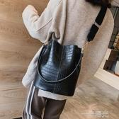 包包女新款韓版潮百搭鱷魚紋水桶包復古寬肩帶單肩斜背包/側背包大包 一米陽光