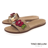 Tino Bellini 義大利進口繽紛花飾平底涼拖鞋 _ 駝 A83071 歐洲進口款