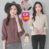 【五折價$399】糖罐子純色荷葉立領排釦長版雪紡上衣→預購(M/L)【E54904】