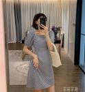 網紅同款小雛菊格子洋裝女2020夏季方領收腰泡泡袖法式桔梗裙 米娜小鋪