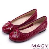 MAGY 日系清甜女孩 LOGO圓牌牛皮壓紋娃娃鞋-紅色