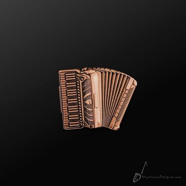 【小叮噹的店】全新 香港 MD MMP008C 手風琴 Weltmeister Piano 古銅色 金屬 別針 胸針 香港進口