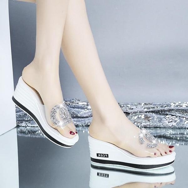 厚底拖鞋 網紅2021新款韓版坡跟厚底增高水鉆涼拖鞋女夏時尚外穿百搭一字拖