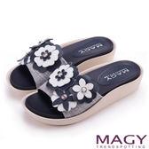 MAGY 夏日甜心 皮革花朵寬版布面厚底涼鞋-藍色