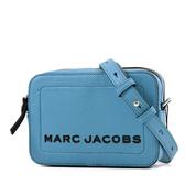 美國正品 MARC JACOBS 黑字LOGO荔枝紋方形斜背相機包-格呢藍【現貨】