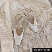 女士涼鞋 一字帶包頭涼鞋女粗跟春夏新款中跟仙女風白色珍珠高跟鞋百搭