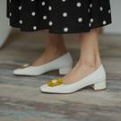 手工真皮女鞋34~39 2020新款韓版時尚優雅頭層牛皮小花扣方頭中跟鞋~2色