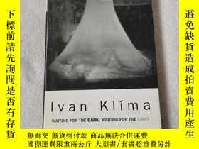 二手書博民逛書店IVAN罕見KIim a WAITNG FOR THE DARK WAITING FOR T HE LIGHT 馬
