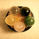 【Ruby工作坊】 NO.112優質五行水晶球套組(2.9CM五顆+木座+細碎石20G)綠/粉/黃冰/白/黑玉球【紅磨坊】