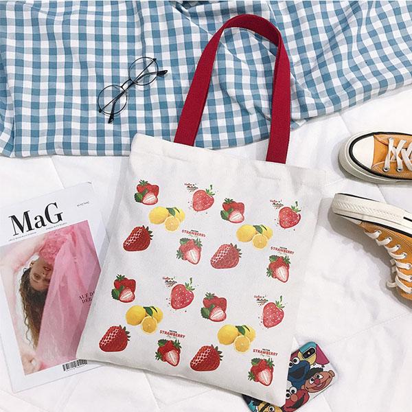 手提肩背包-ins草莓帆布印花字母大容量肩背手提兩用包 帆布包 手提包 肩背包【AN SHOP】