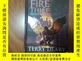 二手書博民逛書店THE罕見FIRE THIEF FIGHTS BACKY1615