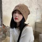 秋冬新款日系顯臉小字母冷帽子女百搭護耳包頭帽大頭圍復古針織帽 黛尼時尚精品