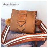 斜背包-條紋帆布背帶簡約毛球水桶包側背包 (SBA0279) AngelNaNa