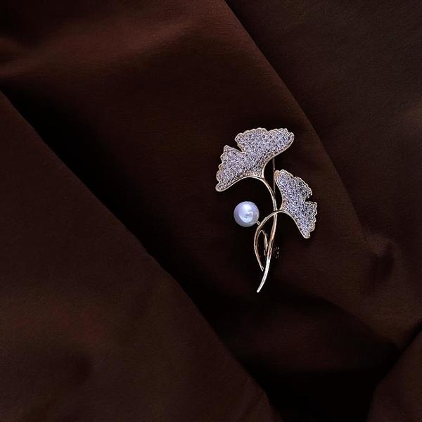 高檔胸針女銀杏葉珍珠別針固定衣服ins潮個性絲巾扣領口防走光扣 樂活生活館