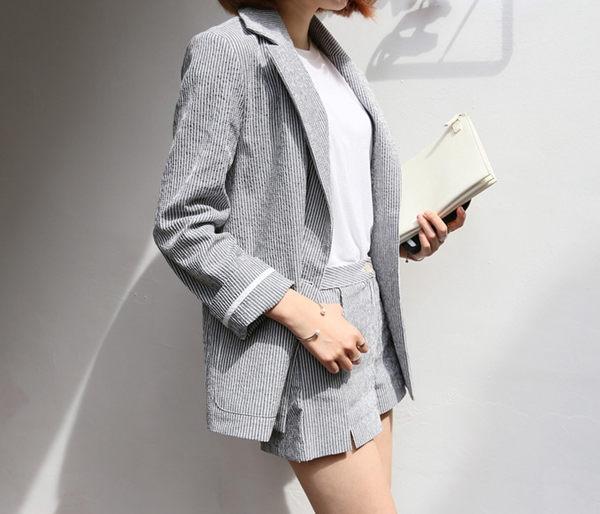 長袖褲裝 早秋秋裝知性俐落細直條西裝外套+舒適修身短褲套裝 艾爾莎【THB3906】