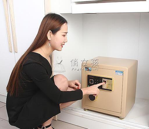 保險柜家用小型45cm床頭迷你入墻防盜保險箱隱形指紋密碼全鋼俏女孩