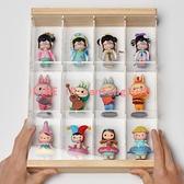 亞克力可掛墻 盲盒收納展示架 泡泡瑪特囡茜娃娃防塵罩 Molly展示盒【白嶼家居】