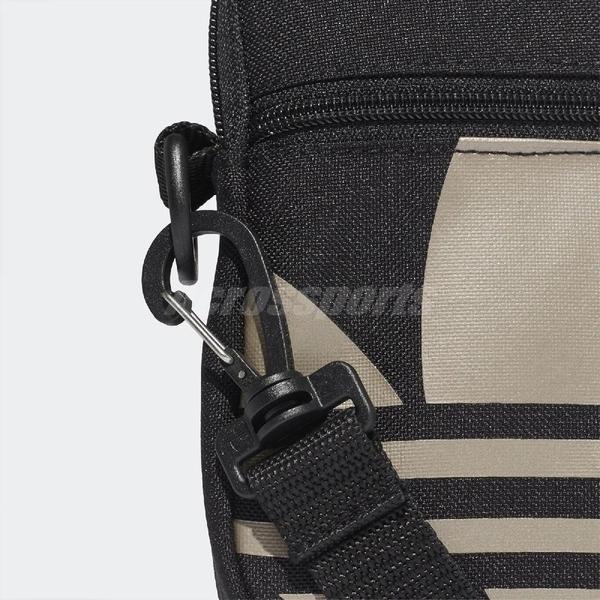 adidas 斜背包 Adicolor Large Trefoil Festival Bag 黑 金 男女款 手機包 小包包 【PUMP306】 FT8918