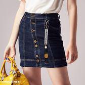 【SHOWCASE】個性前排釦吊飾牛仔窄裙(藍)
