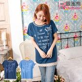 蕾絲--日系甜美蝴蝶結點點星星英文印圖下擺蕾絲短袖上衣(深藍.淺藍M-2L)-U322眼圈熊中大尺碼