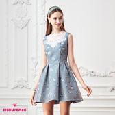 【SHOWCASE】蕾絲透肩領直條俏皮印花無袖收腰洋裝(藍)