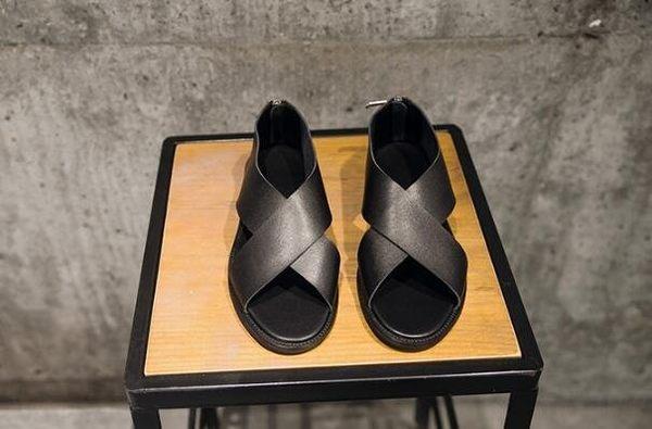 找到自己 MD 日系 時尚 潮 男 高品質 頭層牛皮 黑色 露趾 交叉 平底軟皮涼鞋 羅馬涼鞋 休閒鞋 皮鞋