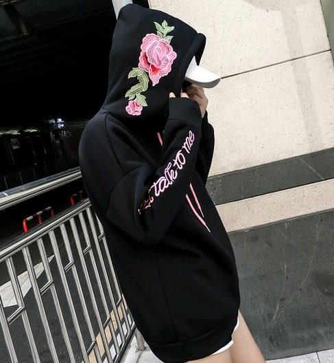 EASON SHOP(GU4507)玫瑰花朵刺繡字母連帽圓領長袖T恤大學T女上衣服素色秋韓版寬鬆加絨刷毛長版帽T