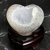 『晶鑽水晶』天然瑪瑙 玉髓 心型開口笑 原礦 約8.5cm 避邪 消除疲勞 居家擺設 含台製木座