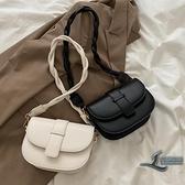 女款時尚斜背包小方包腋下包側背包【邻家小鎮】